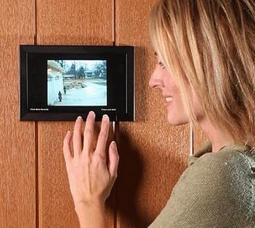 женщина смотрит в видеоглазок