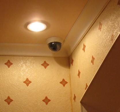 камера в комнате квартиры