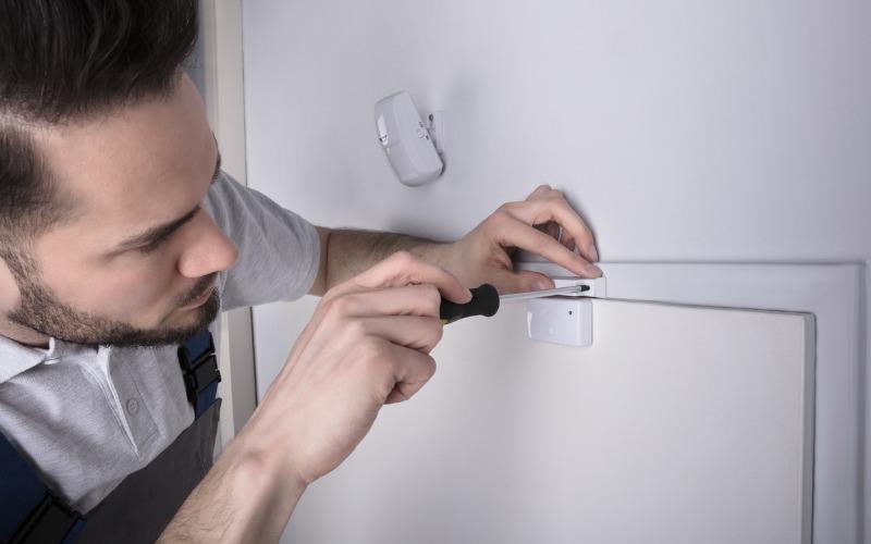 Установка магнито-контактного датчика. Источник фото: safewise.com